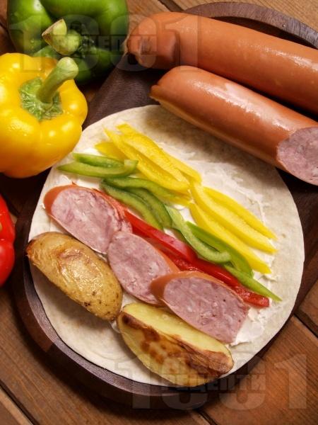 Нестандартен дюнер с печен картоф, наденица и свежи зеленчуци - снимка на рецептата
